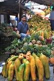 guatemala życzliwy sprzedawca targowy ananasowy Obrazy Royalty Free