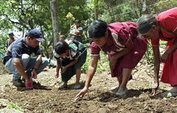 Guatemalan Indian women learn to grow vegetables Royalty Free Stock Images