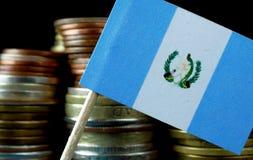 Guatemalansk flagga som vinkar med bunten av pengarmynt Royaltyfri Fotografi