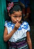 Guatemalansk flickauppklädd för skoladrottningvalet, San Pedro La Laguna, Solola, Guatemala arkivfoton