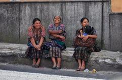 Guatemaltecasvrouwen luid lachen uit, Chichicastenango, Guatema stock foto's