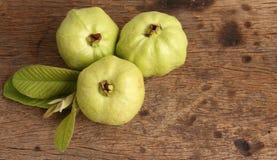 Guava liść na drewnianym tle i owoc Zdjęcie Stock
