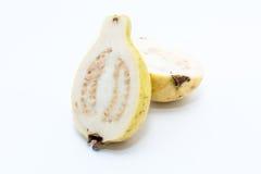 Guava owoc cięcie w dwa kawałka Fotografia Stock