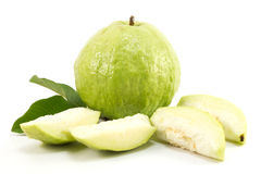 Guava på vit bakgrund Arkivfoto