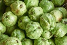 Guavas, в корзине на супермаркете Стоковые Изображения