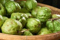 Guavas, в корзине на супермаркете Стоковые Изображения RF