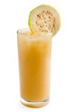 Guavaskakadrink i isolerat exponeringsglas Royaltyfria Bilder