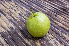 Guave auf Bambushintergrund Lizenzfreie Stockbilder