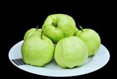Guave auf weißem Teller Stockfotos