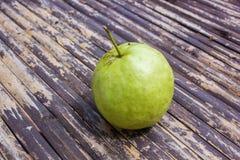 Guave op bamboeachtergrond Royalty-vrije Stock Afbeeldingen