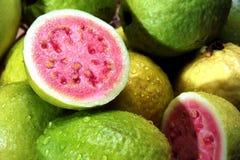 Guaven met waterdruppeltjes Stock Afbeelding
