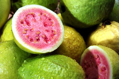 Guaven mit Wassertröpfchen Stockbild