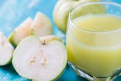 Guavensaft und frische Guave Lizenzfreies Stockfoto