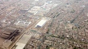 Guayaquil, Ecuador - 2019-06-26 - het Weergeven die van het Vliegtuigvenster - over Stad van Guayaquil vliegen stock footage