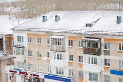 Gubakha,电烫地区,俄罗斯- 4月16 2017年:老住宅 免版税库存图片