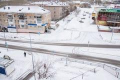 Gubakha,电烫地区,俄罗斯- 4月16 2017年:都市春天土地 库存图片
