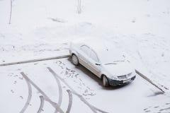 Gubakha, Perm Krai Rosja, Kwiecień, - 16 2017: Jeden samochodu stojaki w a Obraz Stock
