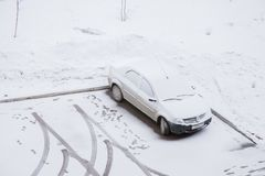 Gubakha, perm Krai, Russia - 16 aprile 2017: Un'automobile sta in a Immagine Stock