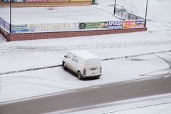 Gubakha, Permanent Krai, Rusland - April 16 2017: Één auto in een parkeren royalty-vrije stock foto's