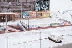Gubakha, permanente Krai, Rússia - 16 de abril 2017: Um carro em um estacionamento foto de stock royalty free