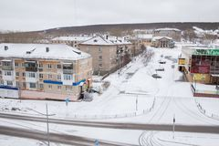 Gubakha, região do permanente, Rússia - 16 de abril 2017: Terras urbanas da mola fotografia de stock royalty free