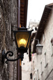 Gubbio Italien Ljus på gatan av den gamla staden Arkivfoton