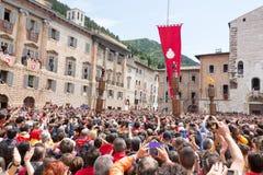 GUBBIO, ITALIEN - 15. MAI 2016 - der Ceri-Anfang, zum um Piazza Grande als der Mengenblick an zu laufen, um das jährliche Festa z stockfotografie