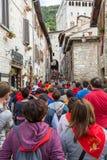 GUBBIO, ITALIEN - 15. MAI 2016 - Mengen machen ihre Weise herauf die schmalen Straßen in Gubbio in Richtung zu Piazza Grande, das stockfotos