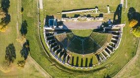 Gubbio, Italy Opinião aérea do zangão das ruínas do teatro romano Fotos de Stock