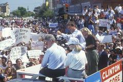 Gubernator Bill Clinton, senator Al Gore, Hillary Clinton i Tipper Gore na 1992 Buscapade kampanii wycieczce turysycznej w Corsic Fotografia Stock