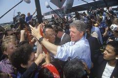 Gubernator Bill Clinton trząść ręki przy niezaplanowaną autobusową przerwą na Clinton, krwi Buscapade kampanii 1992 wycieczce tur Zdjęcia Royalty Free
