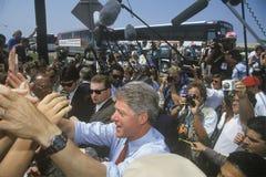 Gubernator Bill Clinton trząść ręki przy niezaplanowaną autobusową przerwą na Clinton, krwi Buscapade kampanii 1992 wycieczce tur Zdjęcie Stock