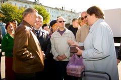 gubernator opowiada z mieszkanami na ulicie Ryazan (Rosja) Obrazy Royalty Free