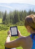 gubi kobiety czytelniczy ebook w naturze zdjęcia royalty free