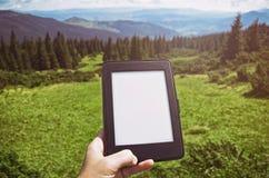 Gubi Ludzki czytelniczy ebook w naturze zdjęcie stock