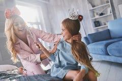 Gubjący w jej bajce Piękna potomstwo matka patrzeje jej cięcie Zdjęcie Royalty Free