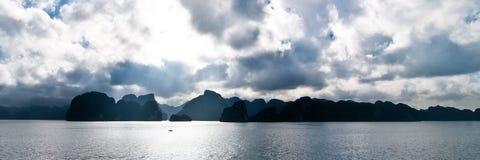 Gubjący w Halong zatoce Zdjęcie Stock