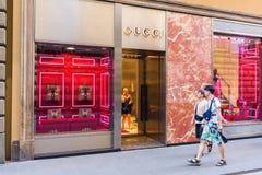 Gucci font des emplettes au centre de la ville de Florence Images libres de droits