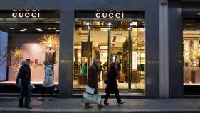 Gucci kaufen in Quadrilatero-dOro Lizenzfreie Stockfotografie