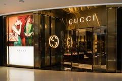 GUCCI lager på den lyxiga shoppinggallerian för central ambassad i centrum Arkivbilder