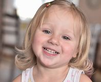 Guck λίγο ευτυχές κορίτσι με ένα ανοικτό χαμόγελο στοκ εικόνες με δικαίωμα ελεύθερης χρήσης