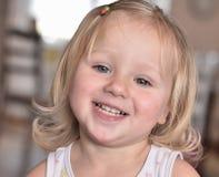 Guck mała szczęśliwa dziewczyna z otwartym uśmiechem obrazy royalty free