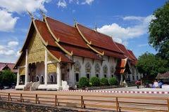 Gud för buddism för Wat Chedi Luang Chiang Mai BuddhaThailand tempel royaltyfria bilder