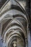 Gud medeltida gotisk arkitektur inom en domkyrka i Spanien S royaltyfria foton
