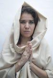 gud som ber till kvinnan Arkivbild