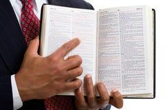 gud som pekar till ordet Arkivbild