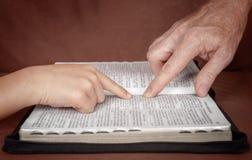 gud som studerar ord Arkivfoto