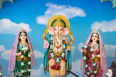 Gudar av Hinduism tillbes av indierna arkivbild