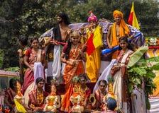 Gudar och poeter på Karnataka Rajyotsava ståtar, Mellahalli Indien royaltyfria bilder