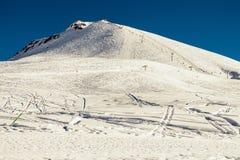 Gudauri - παράδεισος για το freeride Υπόβαθρο χειμερινών βουνών με τις κλίσεις και τους ανελκυστήρες σκι Να κάνει σκι θέρετρο ακρ Στοκ φωτογραφία με δικαίωμα ελεύθερης χρήσης